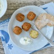 Falafel mit Fladenbrot & Joghurt-Minz-Dip026